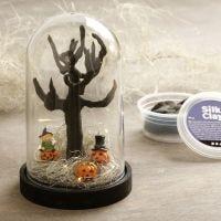 Un monde miniature d'Halloween dans une cloche en forme de dôme