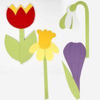 Des fleurs en papier cartonné faites à l'aide d'un modèle flexible
