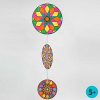Un Mobile fait à partir de ronds disques en papier cartonné avec des motifs Mandala colorés