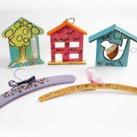 Un pyrograveur et de l'acrylique Plus Color pour des décorations en bois