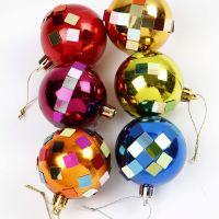 Des boules de Noël décorées