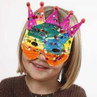 Masques en carton décorés avec des feutres