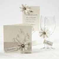 Des cartes couleurs crème avec des fleurs en papier vellum