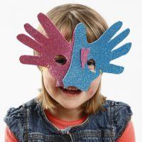 Un masque en caoutchouc fait à partir de mains