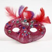 Un masque en papier mâché avec plumes et pierres de strass