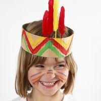 Une coiffe amérindienne en carton ondulé peinte et décorée de plumes