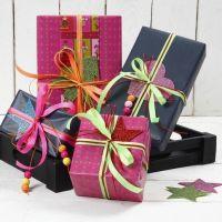 Papier cadeau avec ruban fluo et caoutchouc mousse pailleté
