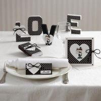 Cartes et décorations de tables avec des cœurs et un couple marié