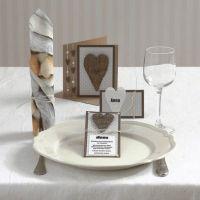 Une invitation et une carte avec un coeur en écorce et des demi-perles autocollantes