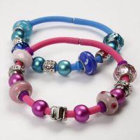 Des bracelets en siilicone avec des perles en verre
