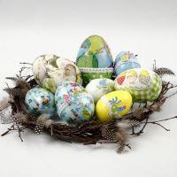 Oeufs de Pâques avec découpages de serviettes