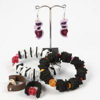 Un bracelet, une bague et des boucles d'oreilles faits à partir de caoutchouc mousse