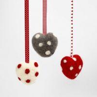 Un coeur à pois en laine feutrée et un ruban décoratif