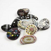 Pierres décoratives avec motifs colorés et effets lumineux