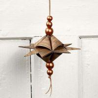 Une étoile en forme de pyramide sur un cordon de cuir avec perles
