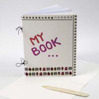 Un Scrapbook en carton de contruction et papier photocopieur