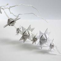 Une guirlande faite avec des étoiles tissées avec des formes pyramidales