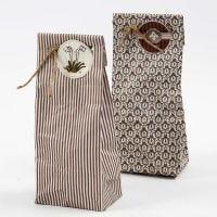 Un sac cadeau plié dans du papier design Oslo