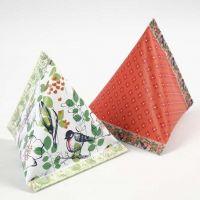 Une boîte cadeau pyramidale faite avec du papier Design