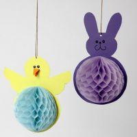 Un poussin et un lapin de Pâques faits en papier cartonné et papier nid d'abeille