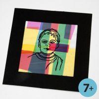 Un portrait encadré sur un collage de cellophane colorée