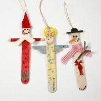 Des figurines de Noël faites avec des bâtons de glace peints et décorés