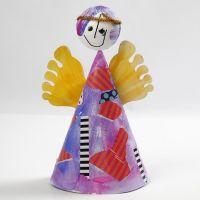 Un ange hochant la tête avec une robe en cône