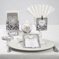 Une série de cartes avec des coeurs en papier vélin, des coeurs décoratifs en bois et des pierres de strass