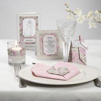 Une série de cartes avec du papier cartonné nacré rose et des pierres de strass