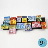 Canevas avec maisons urbaines comme collages sur une planche en bois