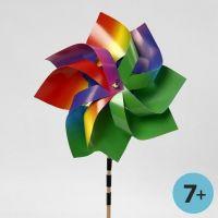 Un moulin à vent fait à partir de papier cartonné arc-en-ciel