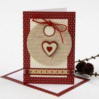 Une carte de Noël avec une étiquette cadeau et des décorations de chez Vivi Gade