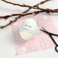 Un oeuf avec texte imprimé et une ceinture décorative de papier de soie
