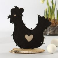 Une poule faite à partir d'imitation tissu sur un disque en bois de Bouleau