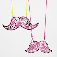 Un pendentif moustache fait à partir de plastique thermo-rétractable décoré au marqueur