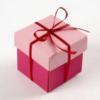 Une boîte pliée en deux couleurs avec un ruban de satin