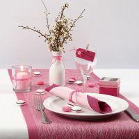 Une table pour la communion d'une jeune fille en rose et blanc