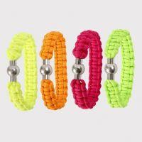 Un bracelet tressé fait à partir de corde pour macramé fluo
