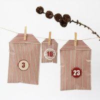 Un calendrier de Noël fabriqué de sachets en papier rayés Design Vivi Gade