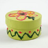 Une boîte ronde avec couvercle, peinte et décorée avec des paillettes