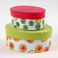 Des boîtes en carton peintes, décorées de points colorés