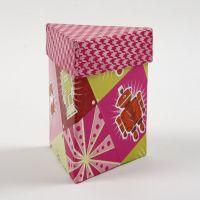 Une boîte triangulaire avec couvercle décorée avec la technique du découpage