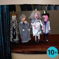 Marionnettes faites à partir de lattes en bois et de bandes plâtrées