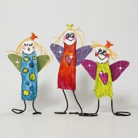 Des anges colorés faits avec du fil bonsaï et  des bandes plâtrées