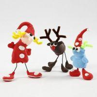 Des figurines de Noël faites avec de la pâte à modeler Silk Clay, du fil métallique et du fil chenille