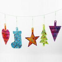 De grandes décorations à suspendre pour la Noël et des formes en carton décorées