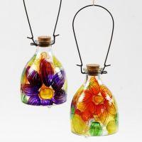 Un piège à guêpes de verre décoré d'une peinture florale