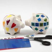 Des dessins et des lettres sur une tirelire en porcelaine