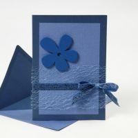 Une carte de voeux bleue avec des matériaux provenant des séries Happy Moments