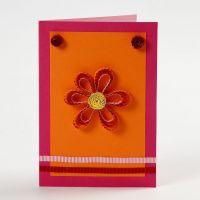 Une carte de voeux avec une fleur et papier décoratif quilling
